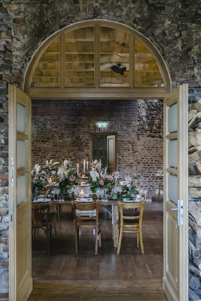 Tischdeko mit moderner Blumen-Greenery Deko bei einer Corona-Hochzeit im Rittergut Orr