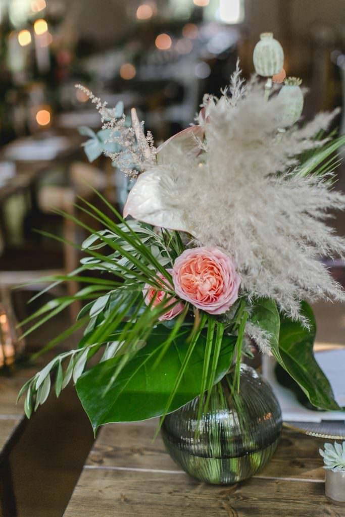 Rosafarbene Pfingstrosen mit Pampasgras und viel Greenery als Hochzeitsblumen
