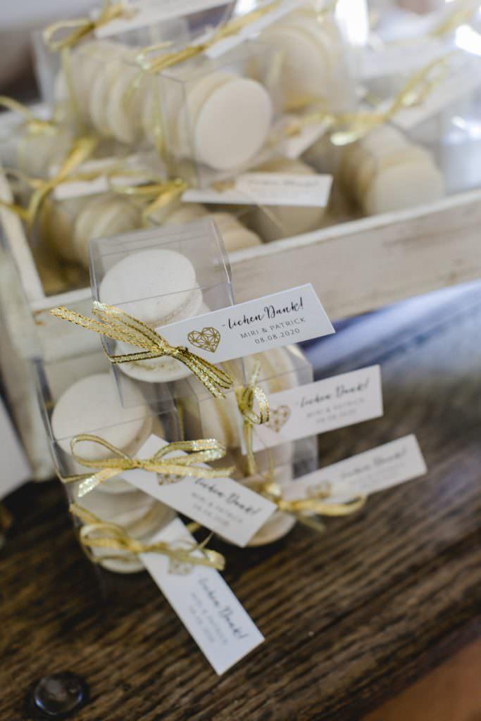 hübsch verpackte, weiße Macarons als Gastgeschenk einer Corona-Hochzeit im Rittergut Orr
