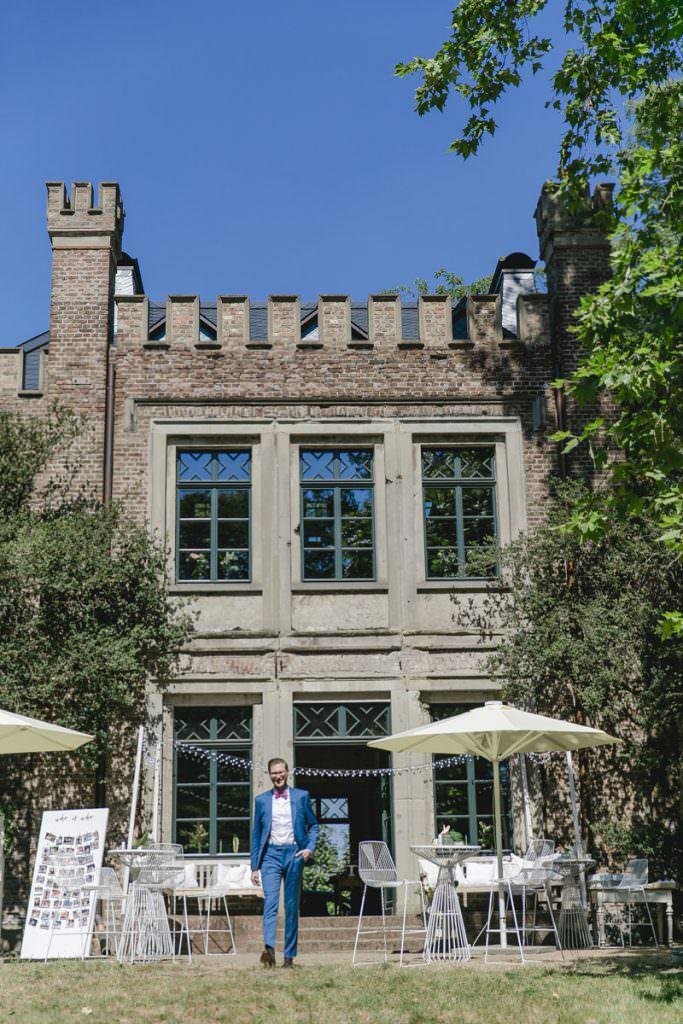 Fensterfront der historischen Hochzeitslocation Rittergut Orr bei Köln