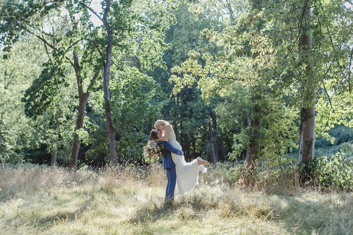 Corona-Hochzeit Rittergut Orr: Hochzeitsfoto von Braut und Bräutigam in der Natur