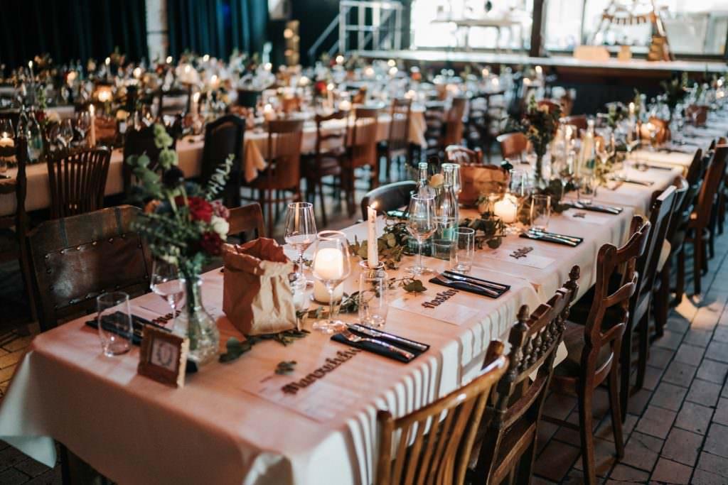 Hochzeitslocation Seifenfabrik Düsseldorf Festsaal mit Tischen