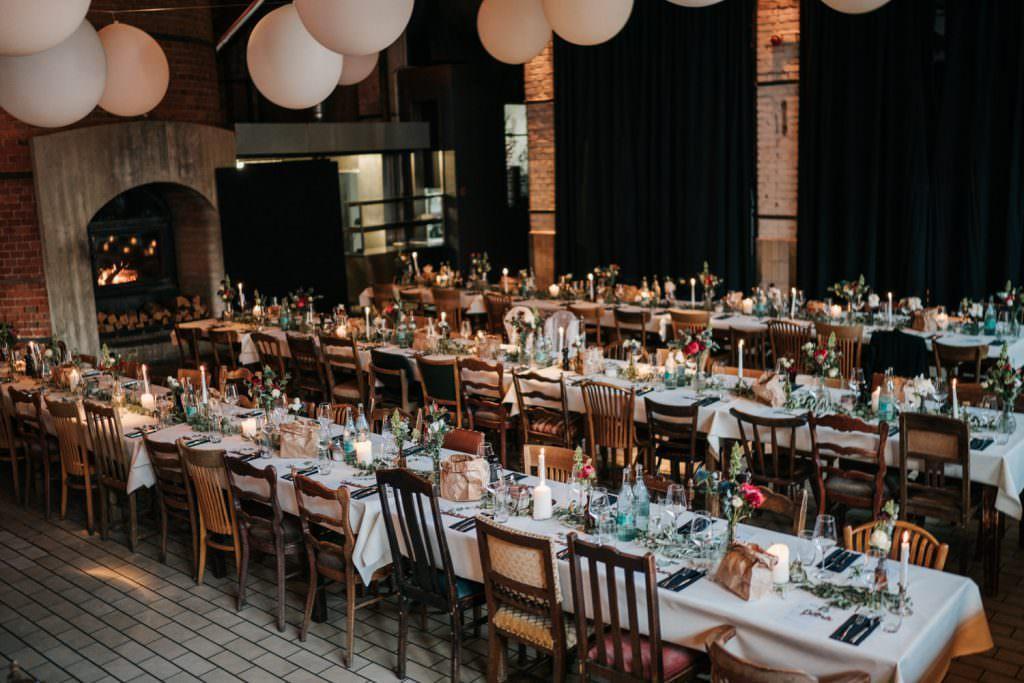 Festsaal der Industrie-Stil Hochzeitslocation Seifenfabrik Dr. Thompson's in Düsseldorf mit gedeckten Tischen
