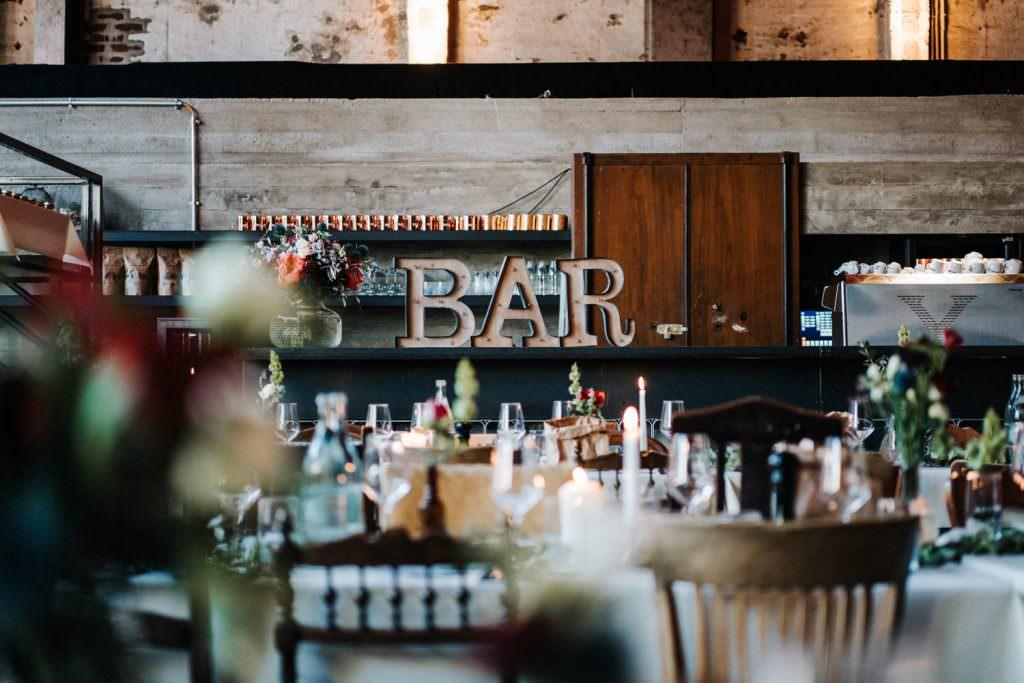 Hochzeitslocation Seifenfabrik Dr. Thompson's in Düsseldorf mit hübsch dekorierter Bar