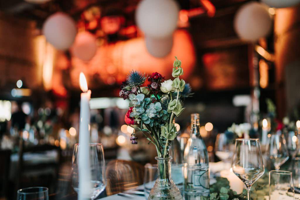 Moderne Hochzeitstischdeko mit Eukalyptus, Disteln und Rosen in der Seifenfabrik Düsseldorf