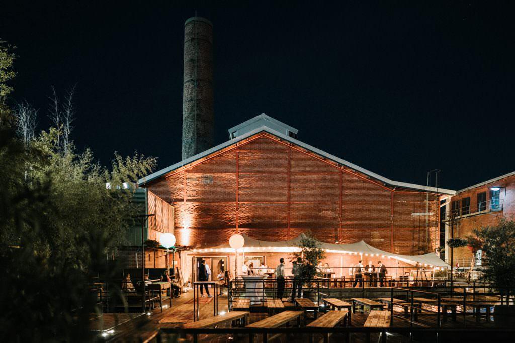 Außenansicht der beleuchteten Hochzeitslocation Seifenfabrik Dr. Thompson's in Düsseldorf bei Nacht