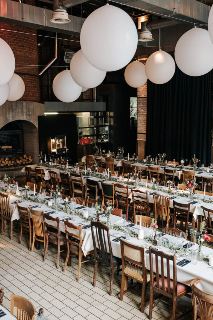 Industrie-Stil Hochzeitslocation Düsseldorf: Seifenfabrik Dr. Thompson's mit hohen Decken und Kamin