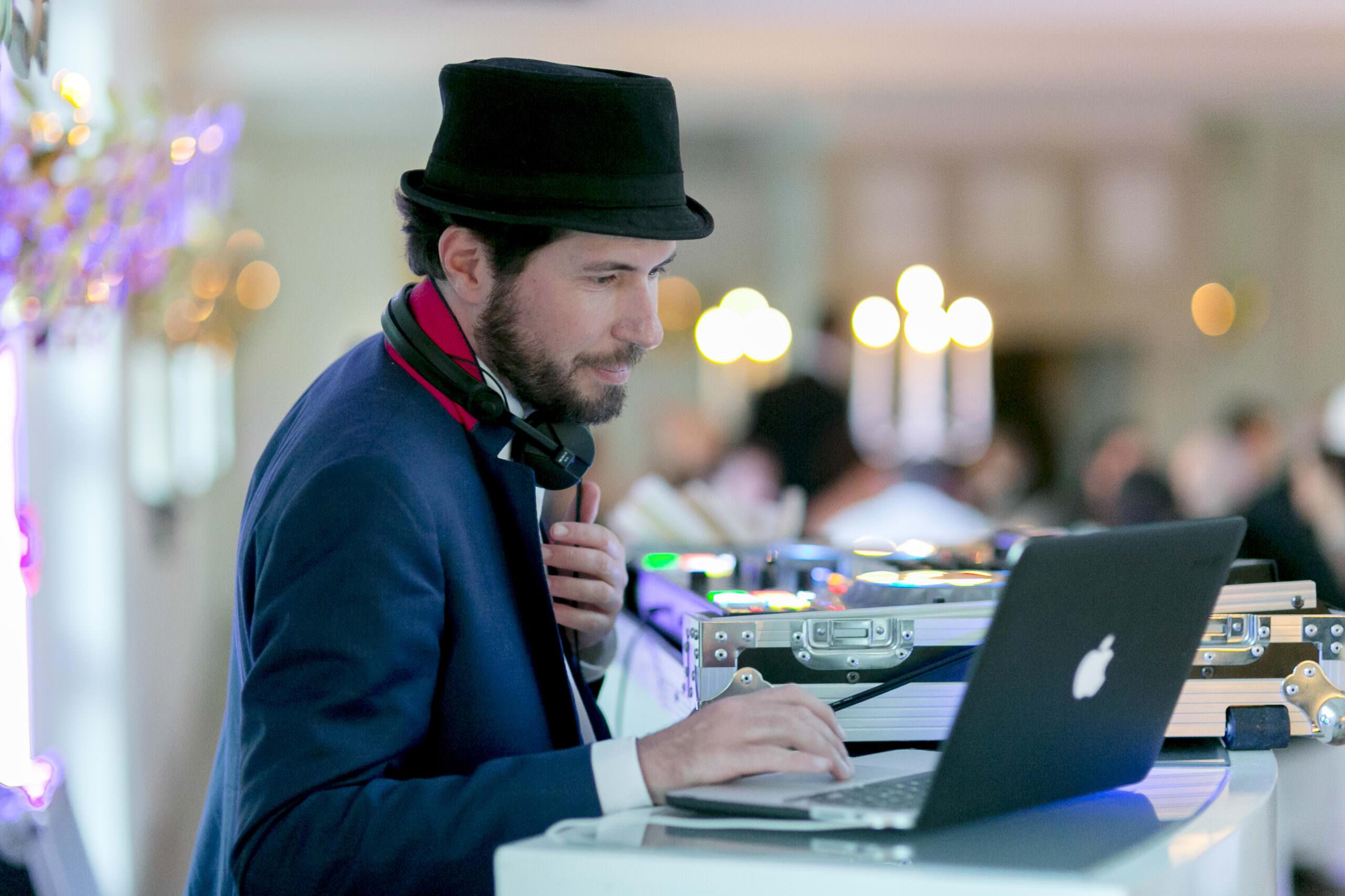 DJ Markus Rosenbaum wählt am Laptop Musikstücke aus